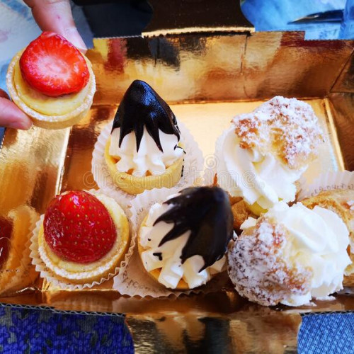 vassoio-di-paste-dolci-con-crema-e-frutta-pasticcini-italia-187956788.jpg